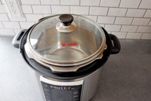 Instant pot 6 quart with glass lid on top.